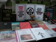 """Виставка – реквієм для різних груп читачів """"На хресті голодомору"""" та """"Розіп'ята душа на хресті всевишньої печалі"""""""