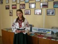 """Книжково – ідюстративна виставка до Дня Соборності """"Соборність України – гордість нації"""" Читачі бібліотеки біля виставки"""