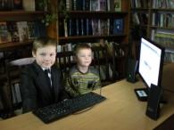 """Брати Коріненки Максим та Артем, учні Бершадської ЗОШ №1 5″Б"""" та 1″Б"""" освоюють інформаційний простір у Бершадській центральній районній бібліотеці"""