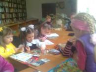 """Нещодавно з наймолодшими відвідувачами читального залу було проведено годину творчості """"Будуємо родинне дерево"""". Діти читали вірші про найрідніших: маму, тата, розповідали про них та про сімейні свята, традиції, малювали родинне..."""