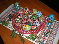 Коли приходить весна на Україну, пробуджується і воскресає природа, відроджується життя і надходять Великодні свята, беруться українці за давнє – прадавнє ремесло – розписування писанок. Традиція розмальовувати навесні яйця у […]