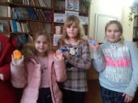 У читальному залі Бершадської районної центральної бібліотеки відбувся цікавий майстер – клас для членів гуртка «Веселковий вулик» для дітей молодшого шкільного віку по виготовленню магнітів на пластиліновій основі «Веселі...