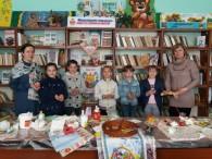 Розпис писанок до Великодня – давня українська традиція. Проте мало кому відомо, що писанки малюють не для того, щоб їх споживати, а як оберіг. Тому восковий візерунок наносять на сирові […]